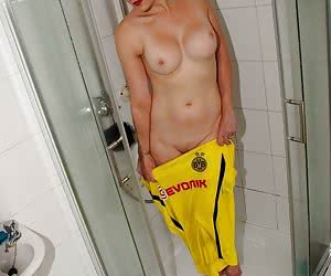 Jessica is showing all us footie fans how to take a post match shower and get her kit clean at the same time. Jessica lo