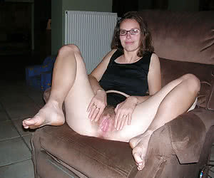 Amateur wives exposing well their vaginas