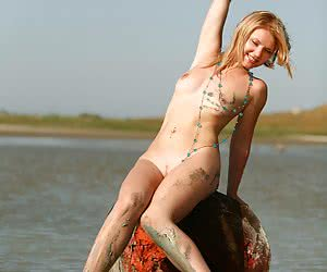 Slim amateur chick posing absolutely nude and messy